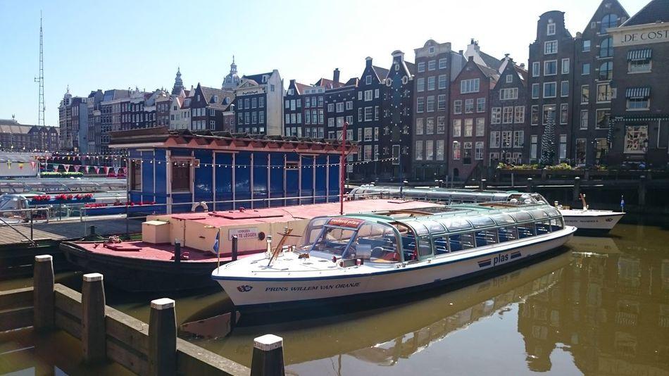 El Embarcadero donde están las Barcas para hacer un Paseo por los Canales de Amsterdan