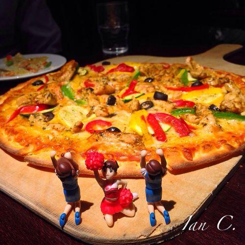 机の上から チラリーダー  フチ子 Food ?辛香雞肉pizza?