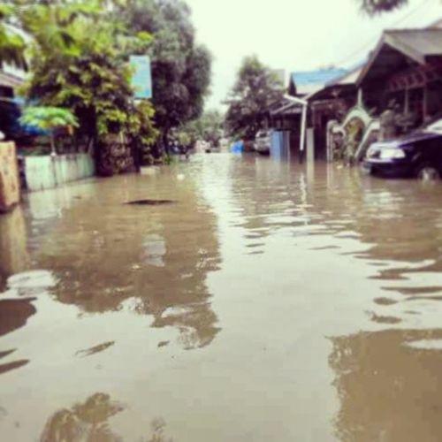 Samarinda banjir di kelurahan loa bakung, ayo pemerintah Samarinda - Kalimantan Timur mana perhatiannya, sampai siang tadi air masih terus naik Banjir Kaltim
