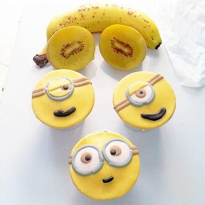 Dunno wht i baked, but ths minion love kiwi too XD BFC Homebaked Babiefabulouscakes Ccupcakesdaily sweetcakes despicableme minion papoy banana fruitcupcakes