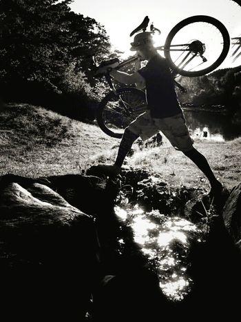 発想の転換でクリア出来る事は意外と多い💨Celebrate Your Ride MTB Light And Shadow Adventure MTB ADVENTURE Blackandwhite Enjoying Life Monochrome Creek Silhouette Offroad