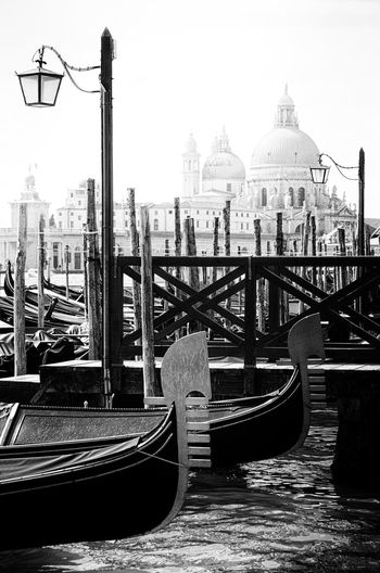Venezia Italia Venezia Basilica Black & White Gondeln Gondola Lantern Pier Santa Maria Della Salute SantaMariadellaSalute Venice, Italy Black And White Blackandwhite Gondola - Traditional Boat Lamp Landing Stage Venice