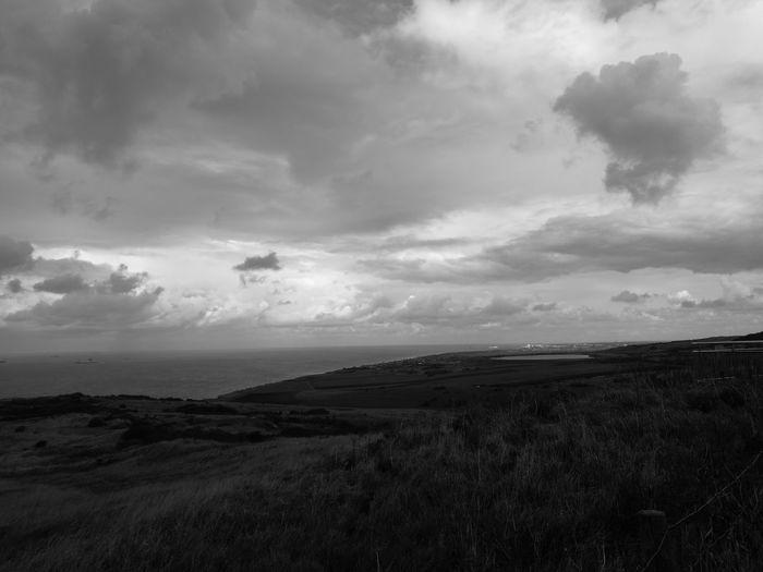 Sea Landscape Outdoors Storm Cloud Beach Cloud - Sky Scenics Horizon Over Water No People Nature Sky Dramatic Sky Nuages Gris Nuages D'orage Nuages Noirs Bord De Mer Avant La Pluie Dramatic Sky