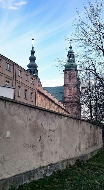 Ul. E.Gierczak widok na kościół Bożogrobców Z cyklu Nyskie wieże Nysa Architecture City Tower