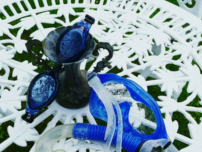 Two Is Better Than One Schwimmbrille Tauchermaske Blue White Metal Table Break The Mold