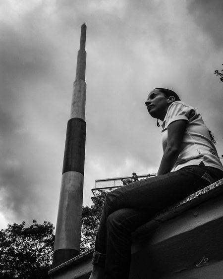 Low Angle View Sky Architecture Historical Sights People Gente J2 Check This Out Photography Venezuela Caracas Blackandwhite Blackandwhitephotography Black And White Blancoynegro Mycity Miciudad Streetphoto_bw Famous Place Person Young Women Fotografia Streetphotography