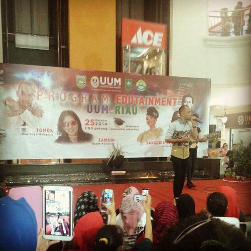 Musisi Malaysia Menggoncang Indonesia at Mall Pekanbaru . Dalam program Edutaiment. SALAH SATU MUSISI POPULAR DI INDONESIA UUM-RIAU BEST PERFORMANCE TOMOK NEW BOYZ ZAMANI SLAM Tomok Zamani UUM Pku Mallpekanbaru Malay Instagram Instamalay Sekarang Ivj