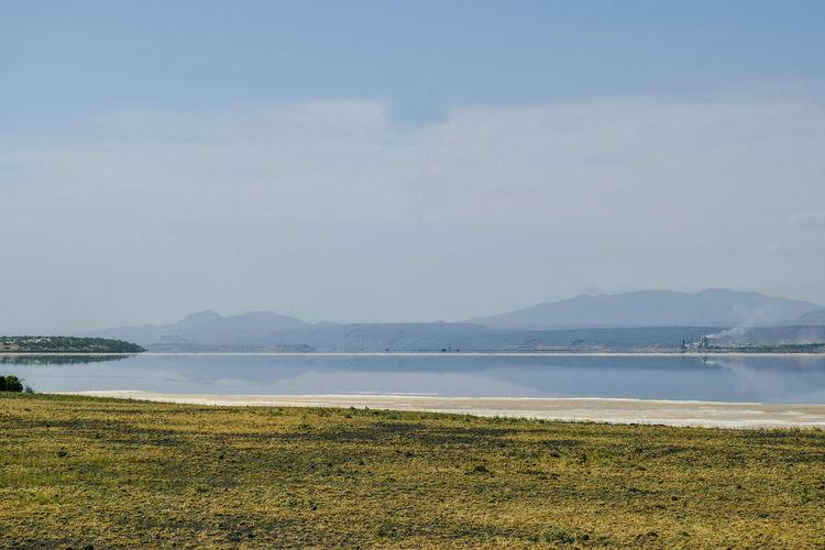 Scenic lake in the arid landscapes of lake magadi, rift valley, kenya