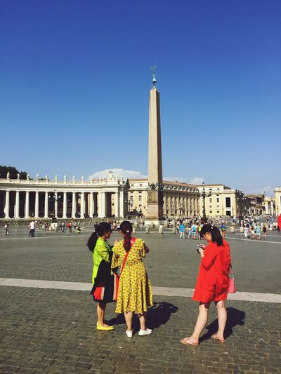 Check This Out Hanging Out Taking Photos Enjoying Life Urbanphotography People Travel Photography Tourist Summer Italy St Peter Square Girl Italy❤️ People Photography Tourists Vatican City Square Colour Of Life People And Places
