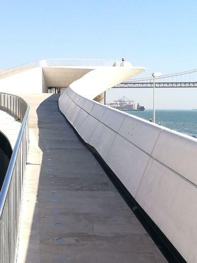 25 April Bridge Riverside Modern Architecture Handrail Metal Arquitecture Selective Focus Perspectives On Nature EyeEm Best Shots EyeEm Selects Eye4photography  EyEmNewHere Eyemphotography Automne🍁🍂🍃 Tourism Destination Lisboa, Portugal Vacation Destination EyeEmNewHere The Graphic City