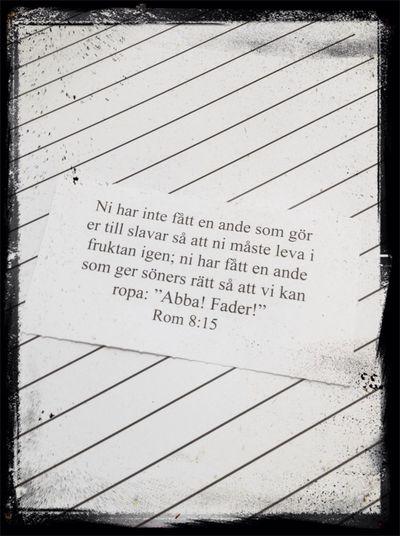 Sitter i skolan och fördjupar mig i dessa Bibelord som är mina för dagen.