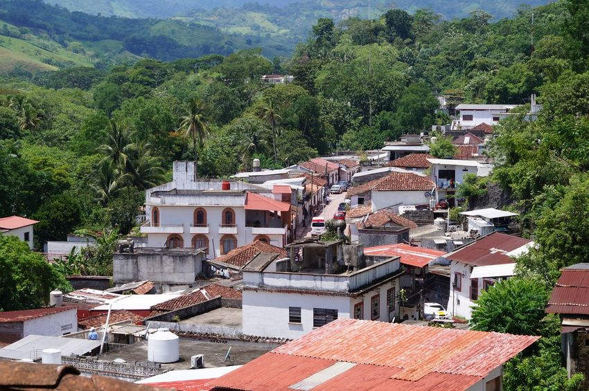 #pueblomagico #tapijulapa Architecture Building Exterior Building Terrace Built Structure Community Day House Mountain Nature Roof Tree Village