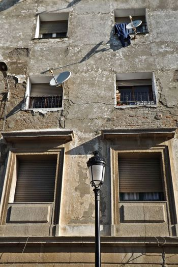 Architecture Building Exterior Built Structure City Day Fenêtres Immeuble Lampe Low Angle View No People Outdoors Parabol Residence Window
