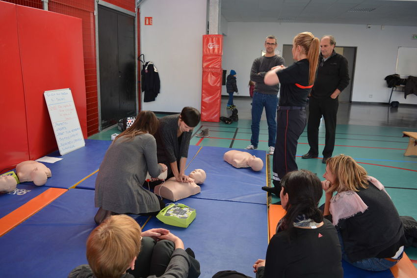 First aid course First Aid Course First Aid Exercise First Aid Training First Aid Survive Outlive Helping Help Sanitäter Firemantraining Fireman Exercise Practice Medical Help Medical Learning Learn Off Paramedic France Live Out Lifestyle Fire Fighter People Real People Indoors