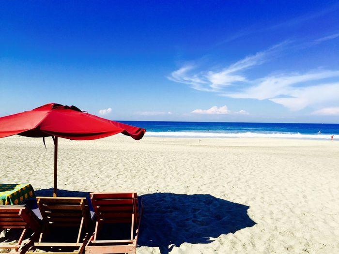 Surfeando sobre las olas, cobijados por el cielo azul. Beach Sea Surfing