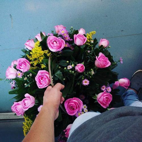 Y todos en el metro me ven como si fuera un romántico, pero no... Rosas Muchasrosas Rosasrosas Flores Colores Instaflowers Instanight