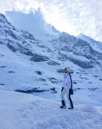 Lady in white 🏔👰🏻 Schnee Ladyinwhite Weiss Snow Winter Cold Temperature Weather Full Length Mountain Nature One Person Frozen Real People Ski Holiday Standing Snowcapped Mountain