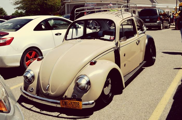 VW Beetle sitting low Volkswagen VW Beetle Beetle Lowlife Sittin Pretty Sitting Low Classic Classic Car Roof Rack Car Lover