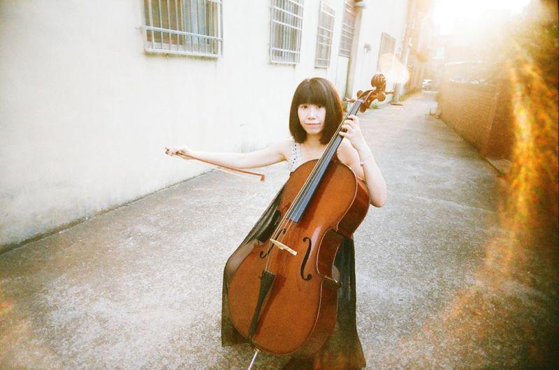 大提琴 One Young Woman Only Young Adult One Person Only Women One Woman Only Adult Young Women Musician Music Beautiful Woman Fashion Stories