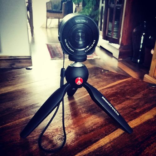 Finally arrived. My Manfrotto tripod with my Sony DSC-QX10 mobile lens. Now i can take some awesome pictures when i start up my longboarding again. Damn winter is not the best time to skate xD Tripod Sony Qx10 Photography black longboarding adventure