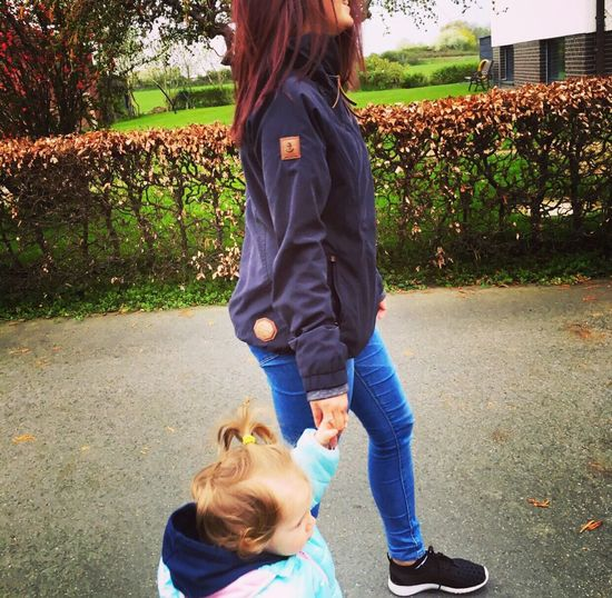 Hand in Hand ❤️ Youaremysunshine Shooting Day Mamasgirl First Eyeem Photo Fotograf Daddyslittlegirl Pretty Beautiful Http://lalefo.de Lalefo Daughter Babygirl Hallo Schwarzweiß Family❤ Toller Tag (: Cute♡ Hello World Liebe ❤ Nice Day Fotography Ewigeliebe Youandme Summer Sommertime