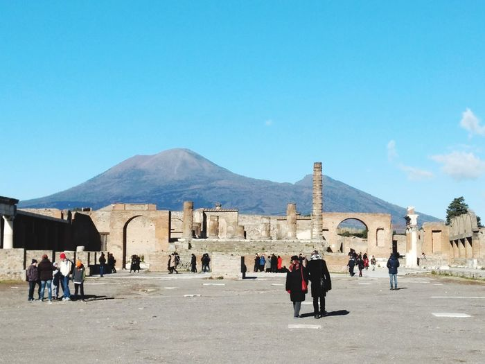 Pompéia e o vulcão Vesúvio Archeology Pompeii Ruins Pompéia Vesuvio Vulcano Vulcanic Landscape Italy Napoli Architecture Built Structure Large Group Of People Building Exterior Day Outdoors Mountain