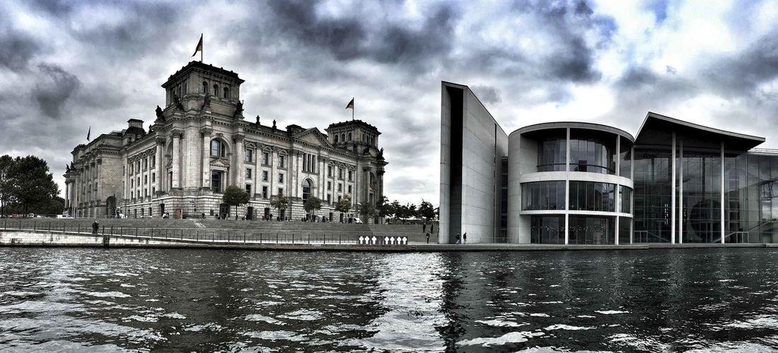 Reichstag an der Spree im Regierungsviertel Architecture Bundesregierung Bundestag History Regierungsviertel Reisefotografie Spree Verwaltungsgemeinschaft