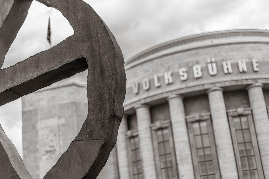 Blick auf die Volksbühne in Berlin am Rosa-Luxemburg-Platz Berlin Räuberrad Skulpturen Theater Volksbühne Architecture Day Kultur Kunst No People Politik