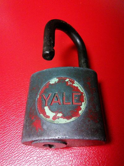 Lieblingsteil Over 50 years old! It has an aluminum key! I use it all the time! It's been around since I was in grade school! It still works just fine! Locks Locks To See Yale Yale Lock Close-up
