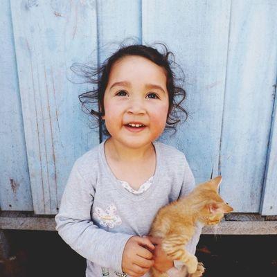 La Agustina torturando al gatito de la Margo. Y sonriendo. Y ay, me recuerda a mi cuando pequeña.