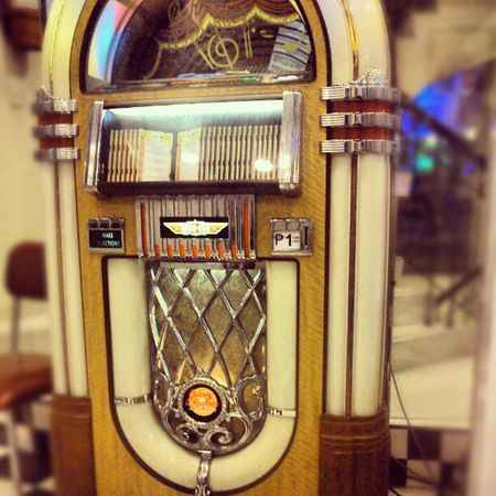 Whoa! They still have this kind of vintage jukebox! Happycustomer FriDATE Happybelly