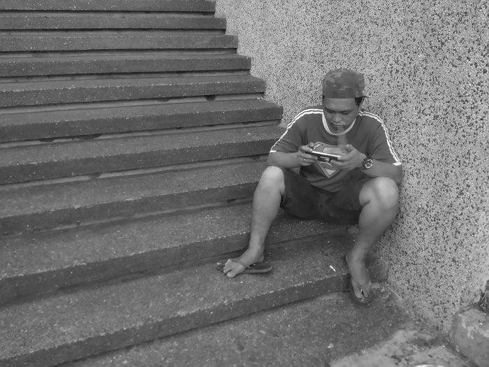 Bystander Playingwhilesmoking Smoking Mobilegamer MarbellaII Marbellamanila Bandw Streetphotography Taho Yosibreak Playing