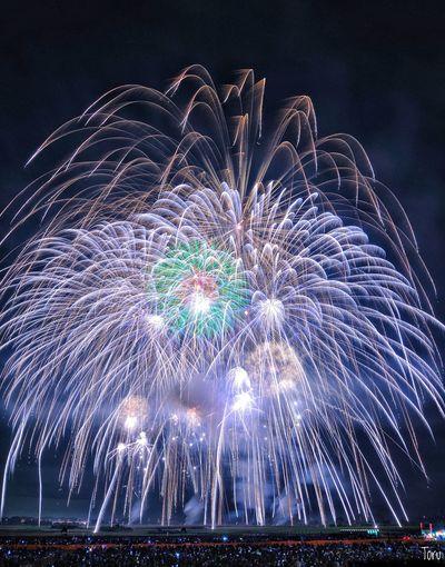 雷神 冠菊 EyeEmNewHere Firework 鴻巣 Motion Sky Event Outdoors Exploding Firework - Man Made Object Long Exposure Firework Display Arts Culture And Entertainment Celebration Event Enjoyment