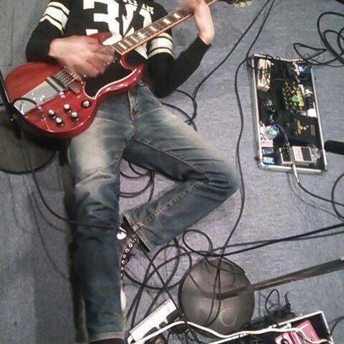 写真整理してたら、懐かしいの出てきた。多分2年くらい前。何故か寝転がってギター弾いてる。 このパーカーは気に入ってて、いまだに着てますわ。 Gibsonsg Gibson Sg バンド Band Music パーカー スタジオ Guitar ギター 写真整理