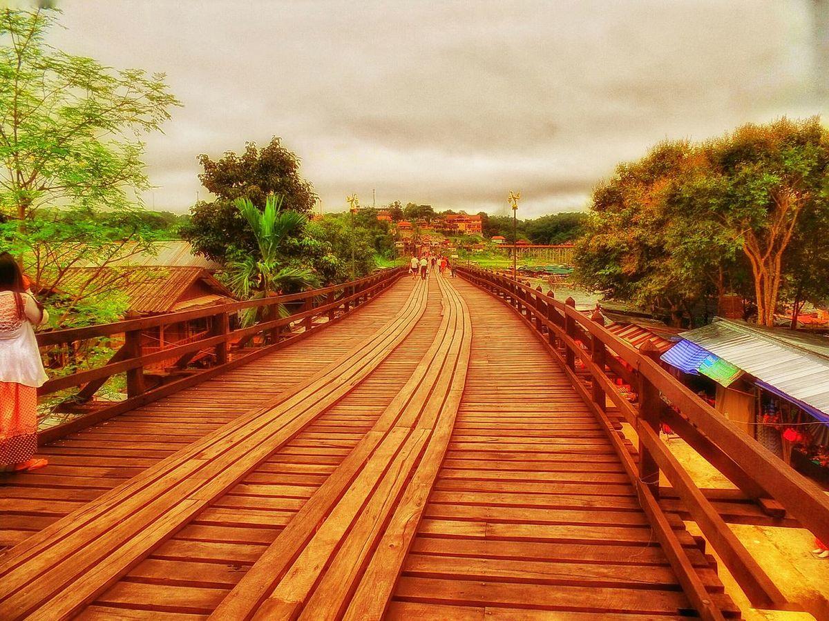 สะพานไม้อุตตมานุสรณ์ สะพานมอญ สะพานแห่งความทรงจำ สะพานมอญ เมืองกาญ✨ Traveling Enjoying Life Waiting Relaxing