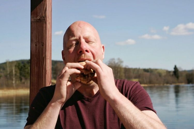 My friend eating my burger. Meat! Meat! Meat! In My Mouf In My Mouth  Taking Photos Enjoying A Meal Enjoying Life Houseboat