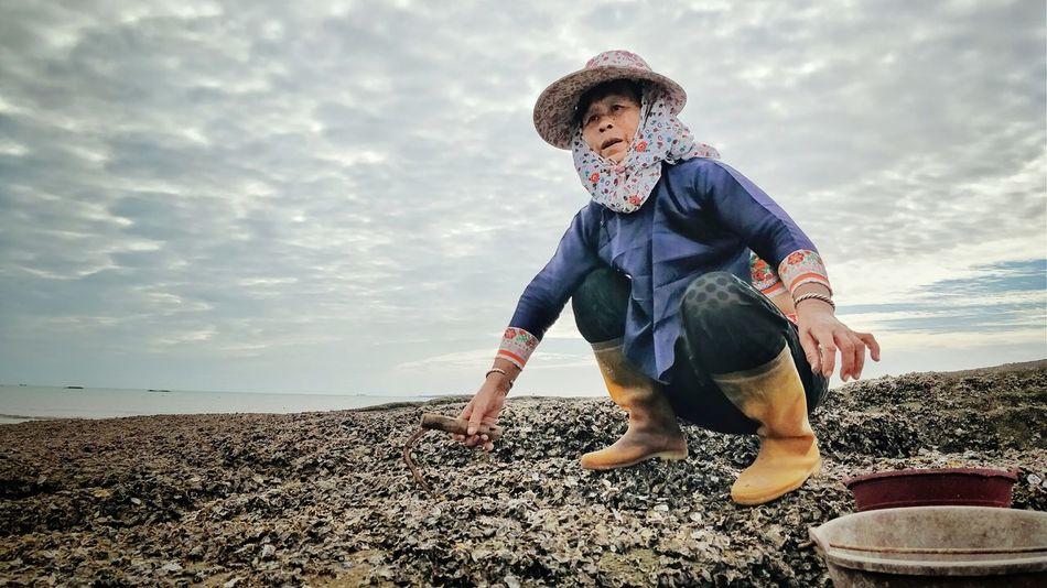 赶海 One Man Only Only Men Cloud - Sky One Person Beach Adult Outdoors Men Sky Nature People Sea Adults Only Human Body Part Day Standing Sand Water One Young Man Only Young Adult