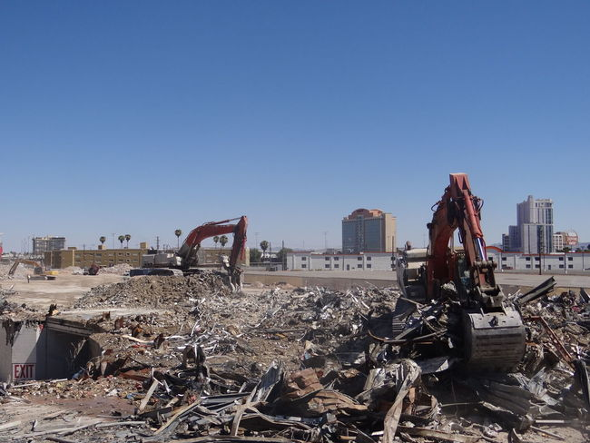 Las Vegas Neubau Abandoned Abreissen Abreissen Abriss Architecture Building Exterior Built Structure Clear Sky Copy Space Damaged Day Demolished Deterioration Garbage Garbage Dump Junkyard Land Vehicle Mode Of Transportation Nature No People Obsolete Outdoors Pollution Ruined Run-down Sky Transportation