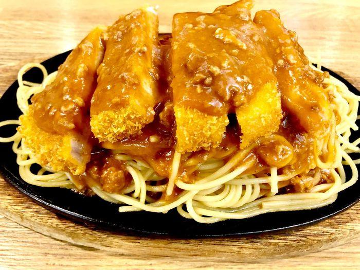 釧路民のローカルフードという事でスパカツに挑戦いたしました 名高い老舗洋食店泉屋本店さんにて あまりこういったいわゆる日本のスパゲティ料理は食べないのでとても斬新でした 日本のというか、極寒の地釧路の寒さから生まれたアツアツの鉄板にのせられたスパゲティ 釧路のローカルフードには、いつも相手を思いやる一工夫がありました 料理は愛情ってこういう事を言うのかもしれませんね #釧路のローカルフード #スパカツ #黒い鉄板皿 #冷めない工夫 #アツアツ #鉄板皿 #泉屋 #釧路のスパカツ #ソウルフード #老舗洋食店 #レストラン泉屋本店 #B級グルメ #鉄板スパゲティ #料理は愛情 #体育会系 スパカツ Food And Drink Food Freshness Ready-to-eat Still Life Plate Sweet Food Close-up Table Serving Size Unhealthy Eating Dessert No People Indulgence Indoors  Sweet Italian Food Temptation Yellow Pasta