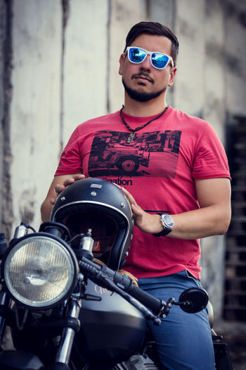 A man and his Bike. 😉 Front View Lifestyles Sunglasses Person Hanging Out Taking Photos Check This Out Portrait Portrait Photography Bike BikerBoy Urbanportrait Sunglasses :) Daylight
