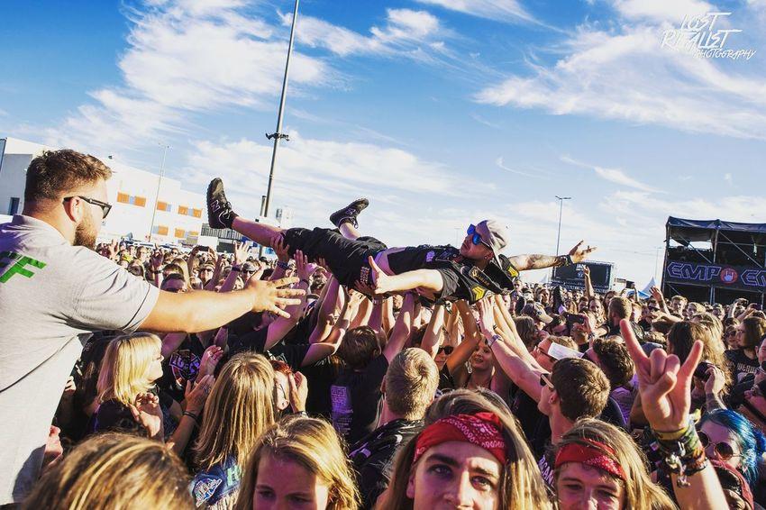 Crowdsurfer beim Elbriot Festival 2016. Elbriot Festival Festival Season Crowd Crowdsurfer Music Musik Sun Sunshine Blue Sky Himmel Sky Photography People Publikum Allschools Lost Realist Photography
