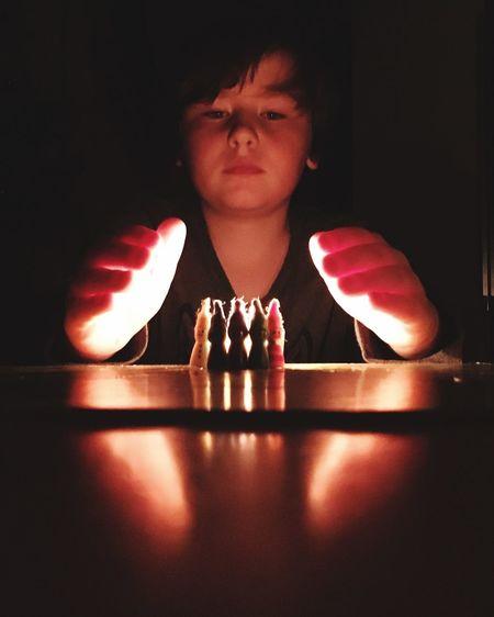 Hüter des Lichts Licht Im Dunkeln Protection Kerzenlicht Spielfiguren Zwergenspiel One Person Indoors  Front View Table Portrait Flame Illuminated Fire Real People