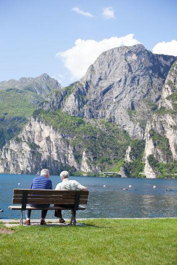 Seniors sitting on bench at lake Garda Idyllic Lake Garda Lakeshore Old Age Old Age People Relaxation Retirement Retirement Plan Riva Del Garda Seniors Tranquil Scene Unrecognizable People Unrecognizable Person My Favorite Place People And Places