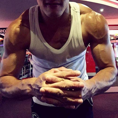 Shoulder day💪🏼😤 操到爆筋LOL Motivation Fit Fitness GymLife Selfie Flex Instafitness Gym Trainhard Grow Dedication Strength Ripped Shoulder Day Fitnessgear Muscle Shredded 筋トレ 근육 Cardio 보디빌딩 Kaohsiung Grind Lifestyle 肌肉 訓練 健身工廠