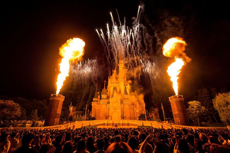 こんなに離れたのにムッチャ熱気を感じた。というか熱かった🔥🏰🔥 Castle Cinderella Castle Disney Disneyland Event Fireworks Night Photography Nightphotography Olympus Ones Upon A Time Tokyo Disney Land Audience Fire Night Nightlife Nightshot Olympus Om-d E-m10