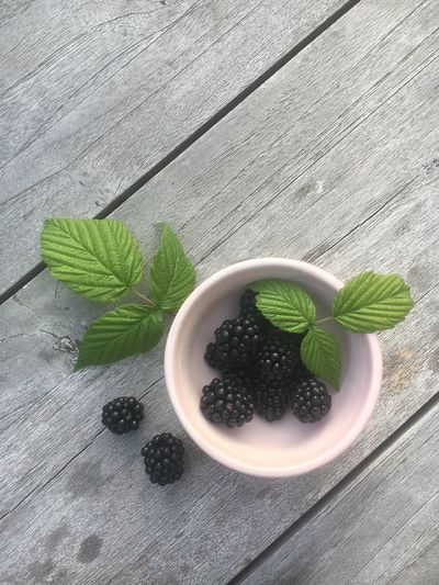 Food And Drink Leaf Freshness Table Food Green Color Fruit Healthy Eating High Angle View Wood - Material Mint Leaf - Culinary Indoors  No People Black Color Close-up Day Nature Brombeeren Berlin Ready-to-eat Garden Table Wood Healthy Food