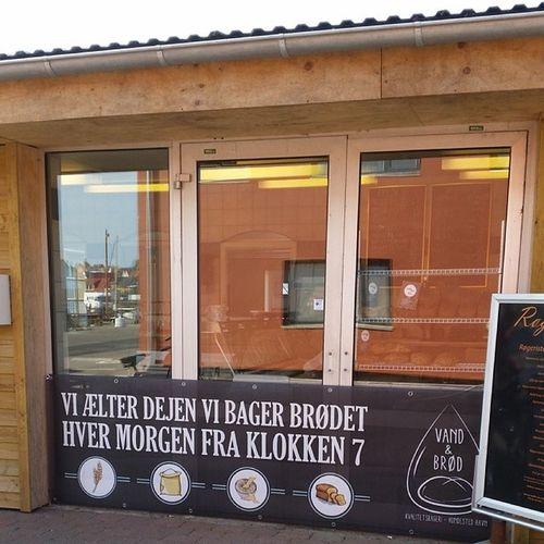 Bedste brød i Nordsjælland - tror jeg. Og det er naturligvis købt hos fiskehandleren! Sommerdanmark Vandkantsdanmark Spring økologi Aurion