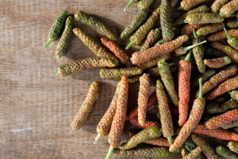 Long pepper or Piper longum on wooden table Naturel Pepper Piper Macro Longum Jaborandi Long Recipe Seasoning Wood Wooden Yellow White Taste Spice Table Ingredient Grained Background Balinese Bengal Asie Asian  Aromate Aromatic Berry Black Flavor Food Exotic Dry Brown Cooking Aroma