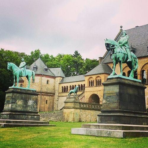 Barb und Willy vor der Kaiserpfalz - Wilhelm der Grosse und Friedrich Barbarossa vor der 1050 erbauten Pfalz. Schoninteressant Goslar Harz Historisch Halloherrkaiser