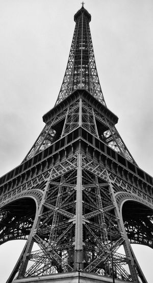Eiffel Tower Low Angle View Paris Point Of Interest Tourist Attraction  Blackandwhite Built Structure Eiffelturm Iron - Metal Schwarzweiß